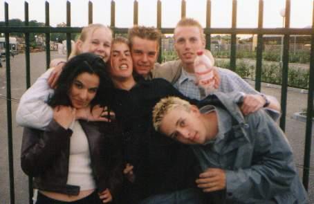 vlnr op de achtergrond: Kim, Raoul, Niels en Erik, voor: Secil en Niels